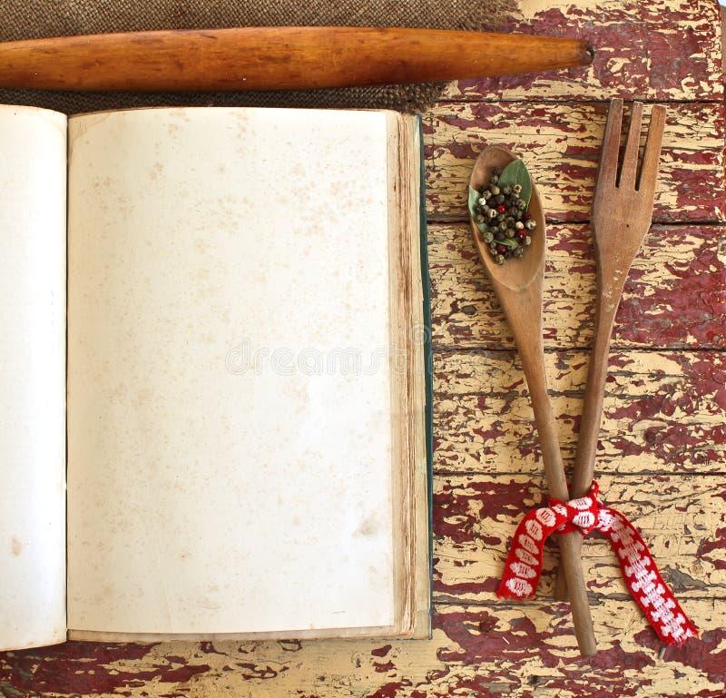 Cuillère et fourchette en bois sur le fond en bois sale. photos stock