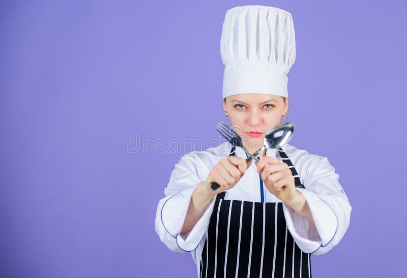 Cuillère et fourchette professionnelles d'ustensile de prise de chef de femme Heure de manger Appétit et goût Culinaire tradition image stock