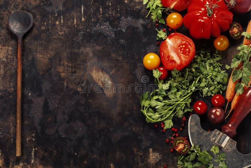 Cuillère et ingrédients en bois sur le fond foncé image libre de droits