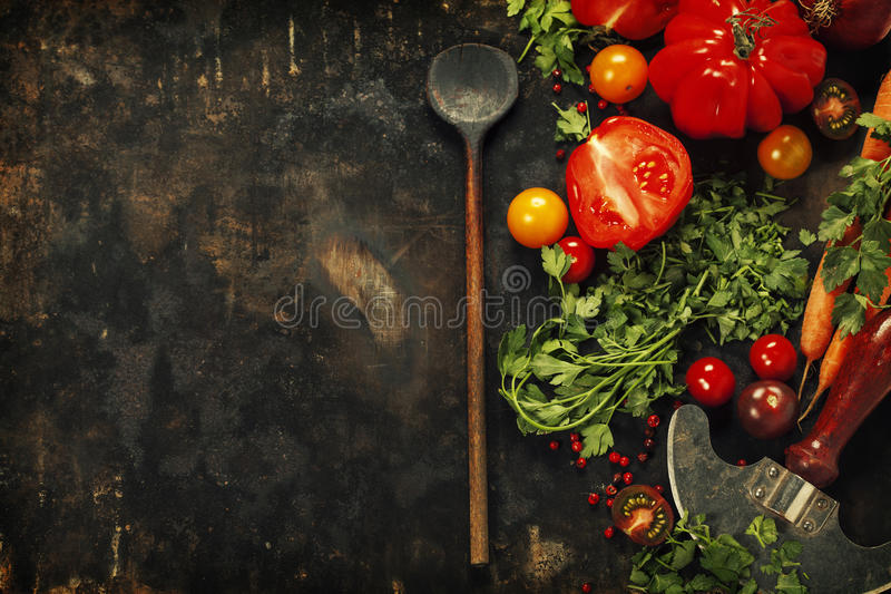 Cuillère et ingrédients en bois sur le fond foncé photos stock