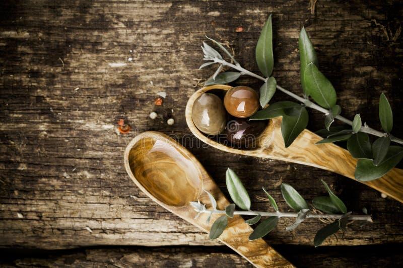 Cuillères en bois olives avec les olives fraîches image libre de droits