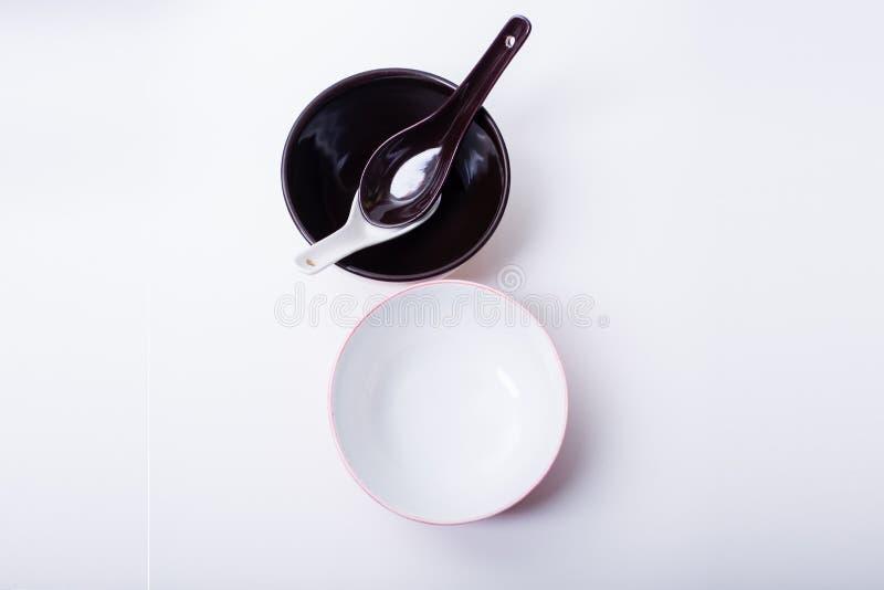 Cuillères et cuvettes en céramique image stock