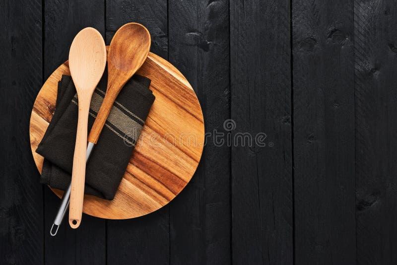 Cuillères et serviette en bois de plat servant rond photo stock