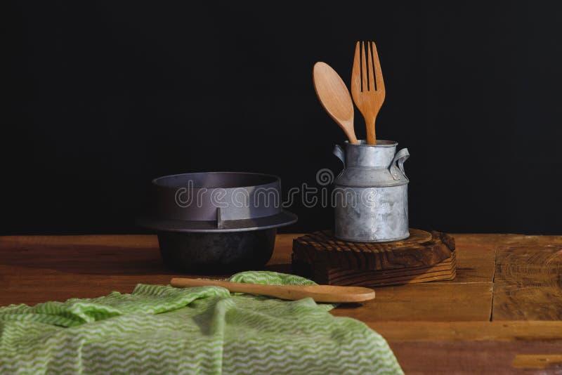 cuill?re et fourchette en bois dans la tasse, toujours la vie photos libres de droits