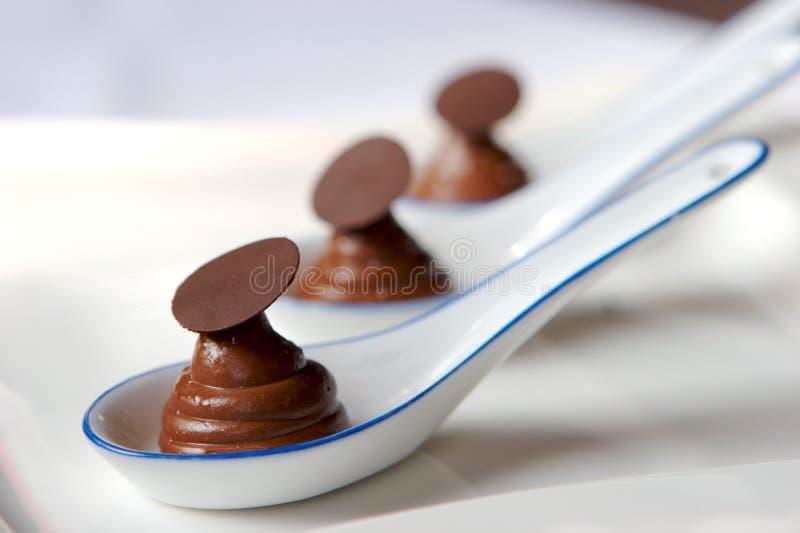 Cuillerées fraîches de mousse de chocolat photo stock
