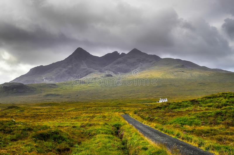 Cuillin kulleberg med det ensamma huset och vägen, Skottland royaltyfri foto