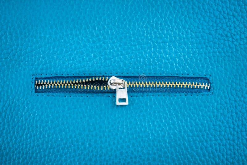 Cuir bleu de couleur avec la tirette photographie stock