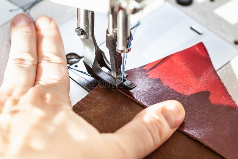 Cuir de couture de couturière sur la machine à coudre photos stock