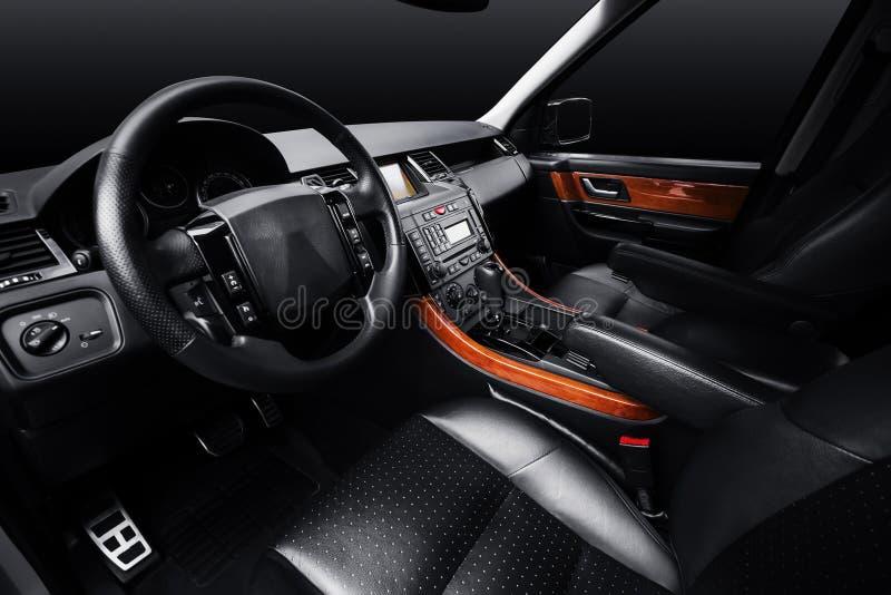 Cuir de luxe de voiture intérieur, fond noir de studio photos libres de droits