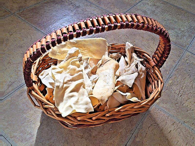 Cuir vert délicieux Chewies dans un panier photo libre de droits