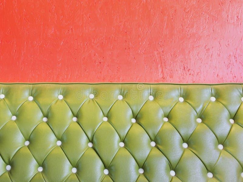 Cuir vert de fauteuil de luxe de vintage et de mur orange photos libres de droits