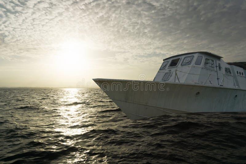 Cuirassé en métal sur la mer dans le temps de coucher du soleil photos libres de droits