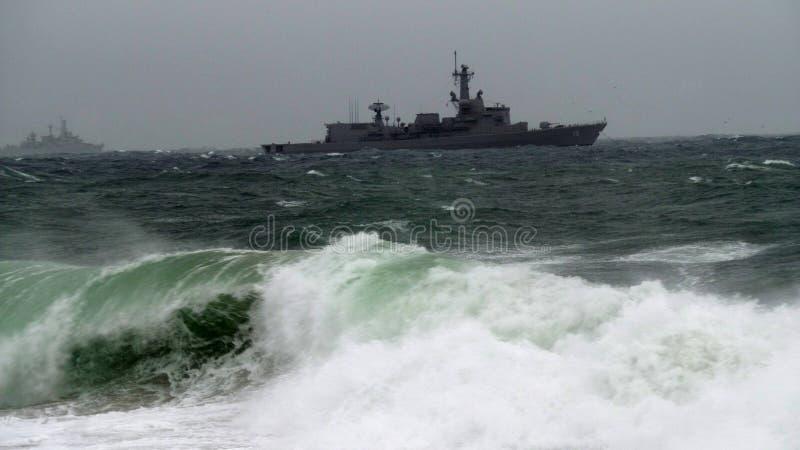 Cuirassé en mer agitée photo libre de droits