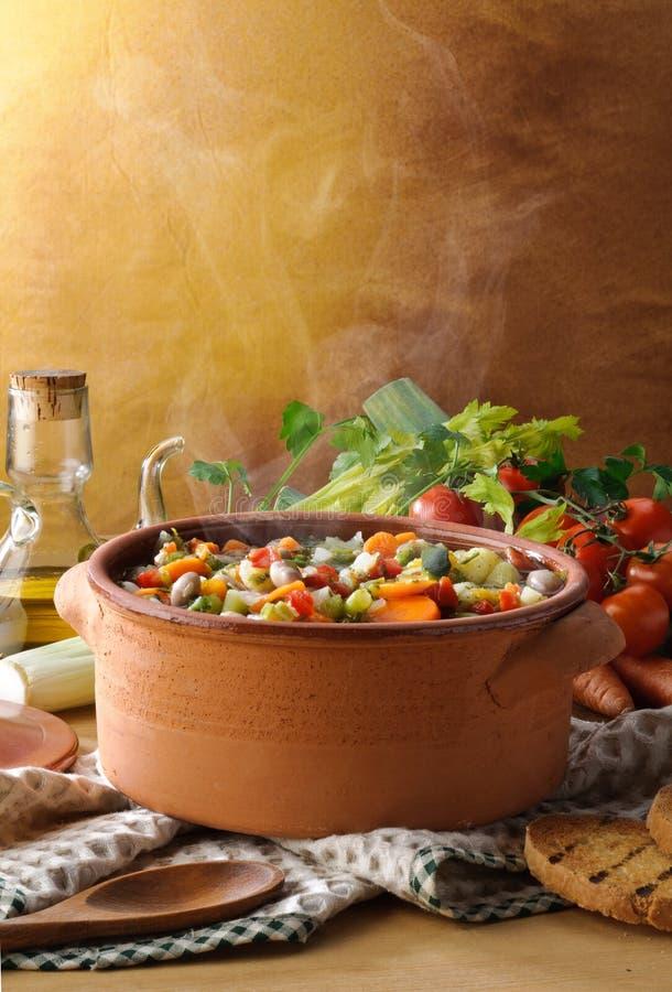 Cuire le potage à la vapeur aux légumes photographie stock libre de droits