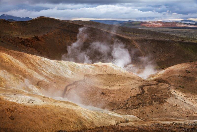 Cuisant la fumerolle à la vapeur sur la région Islande du nord-est Scandinavie de Myvatn de région volcanique de Krafla de format image stock