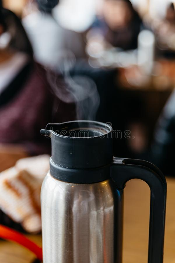 Cuisez à la vapeur du thé chaud dans le pot au restaurant au Hokkaido, Japon photographie stock