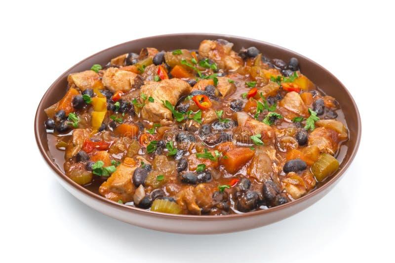 Cuisez avec des haricots noirs, piment, poulet et légumes, d'isolement image libre de droits