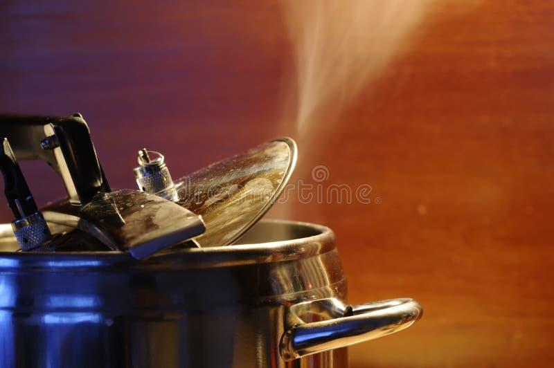 Cuisez l'évasion à la vapeur du couvercle de l'autocuiseur avec la réflexion de la cuisine moderne images stock