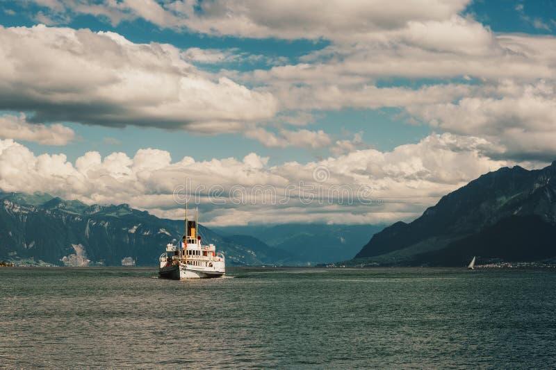 Cuisez le bateau à la vapeur avec le drapeau français flottant sur le Lac Léman images libres de droits