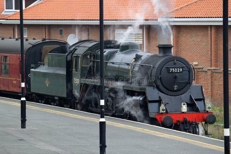 Cuisez le train à la vapeur dans la gare de Whitby, Yorkshire du nord. photographie stock