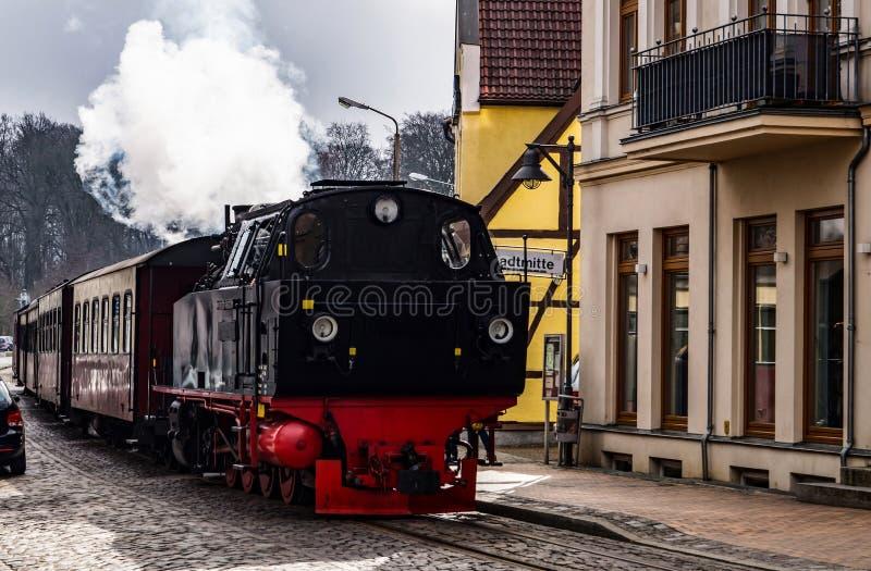 Cuisez le train à la vapeur, Molli passe par mauvais Doberan images stock