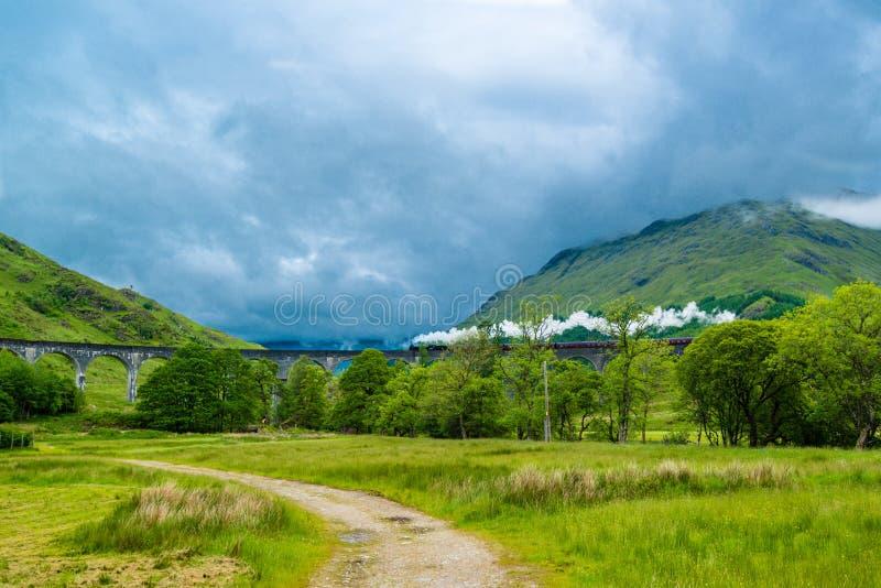Cuisez le train à la vapeur sur le viaduc de Glenfinnan, connu de Harry Potter image libre de droits