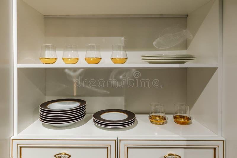 Cuisine élégante avec la vaisselle moderne dans le placard image libre de droits