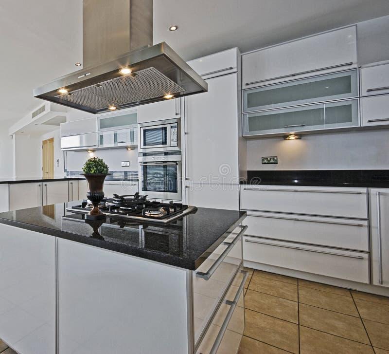 Cuisine étonnante d'appartement terrasse photos stock
