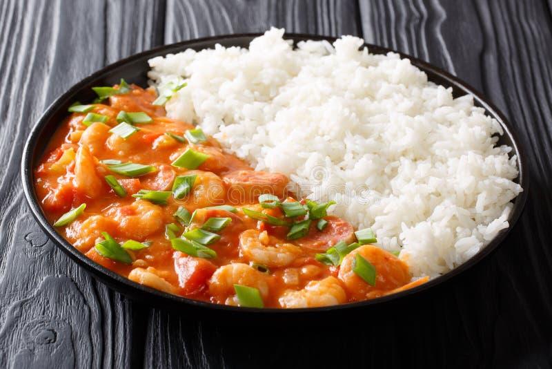 Cuisine américaine : gombo épicé avec des clos de crevettes roses, de saucisse et de riz image stock