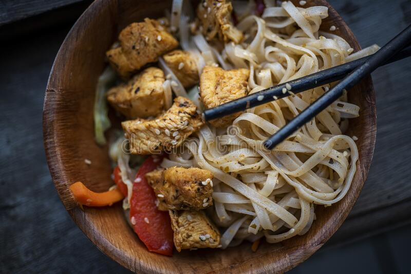 Cuisine asiatique avec nouilles et légumes photographie stock libre de droits