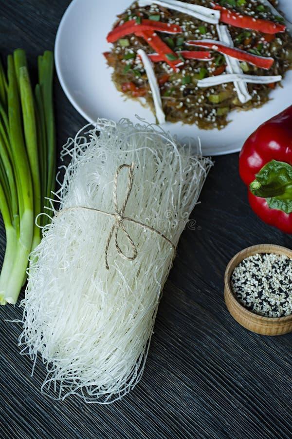 Cuisine asiatique Salade de Fenchoza frite avec des l?gumes, d?cor?s des verts et des b?tons de crabe Nutrition appropri?e Nourri images libres de droits