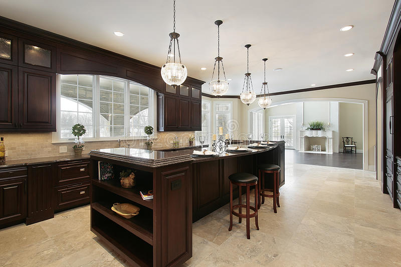 cuisine avec le cabinetry en bois fonc photo stock image du granit luxe 12656176. Black Bedroom Furniture Sets. Home Design Ideas