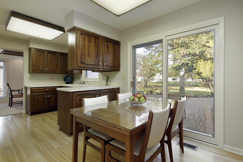 Cuisine avec le cabinetry en bois foncé image libre de droits
