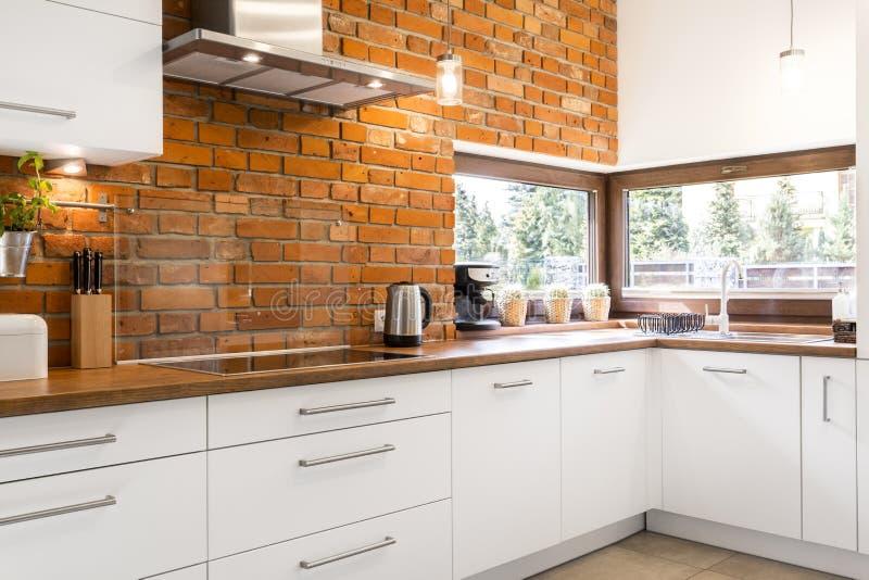 cuisine avec le mur de briques photo stock image du appartement plat 77017768. Black Bedroom Furniture Sets. Home Design Ideas