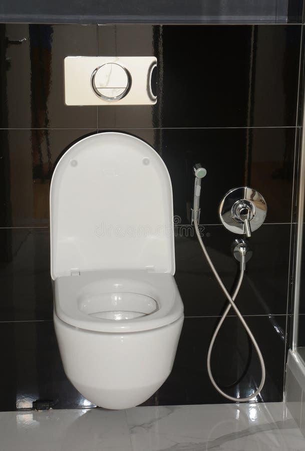 Cuisine blanche avec douche thermostatique Bidet pour salle de bain images stock