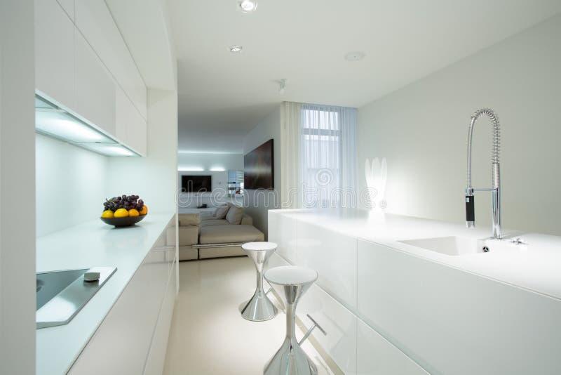 Cuisine Blanche Dans La Maison Contemporaine Photo Stock Image Du Dans Maison 51615896