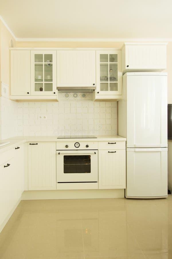 cuisine blanche moderne image stock image du domestique 27373169. Black Bedroom Furniture Sets. Home Design Ideas