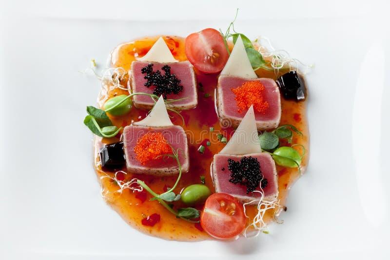 cuisine Casserole-asiatique de fruits de mer avec le filet de thon en sauce et caviar images libres de droits