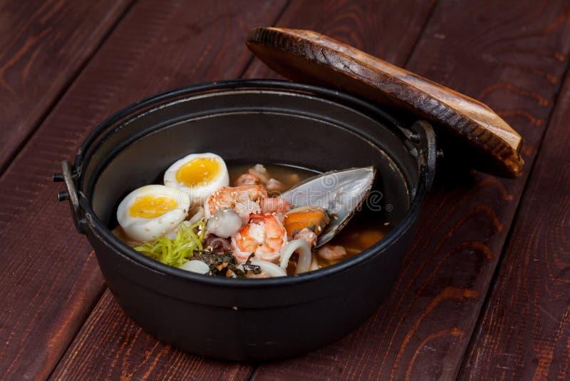 Cuisine Casserole-asiatique, soupe à fruits de mer photo stock