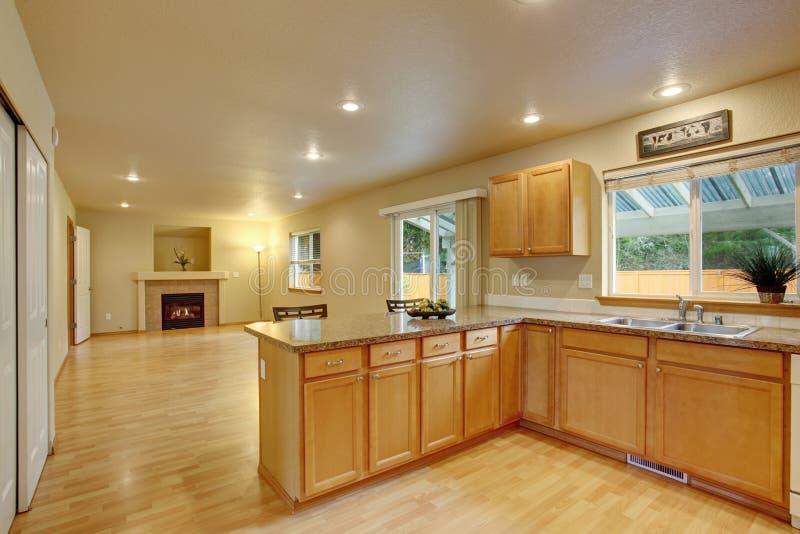 cuisine classique avec le plancher en bois dur image stock image du plafond appartement 56209627. Black Bedroom Furniture Sets. Home Design Ideas