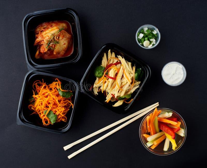 Cuisine coréenne Ensemble de salades photos stock