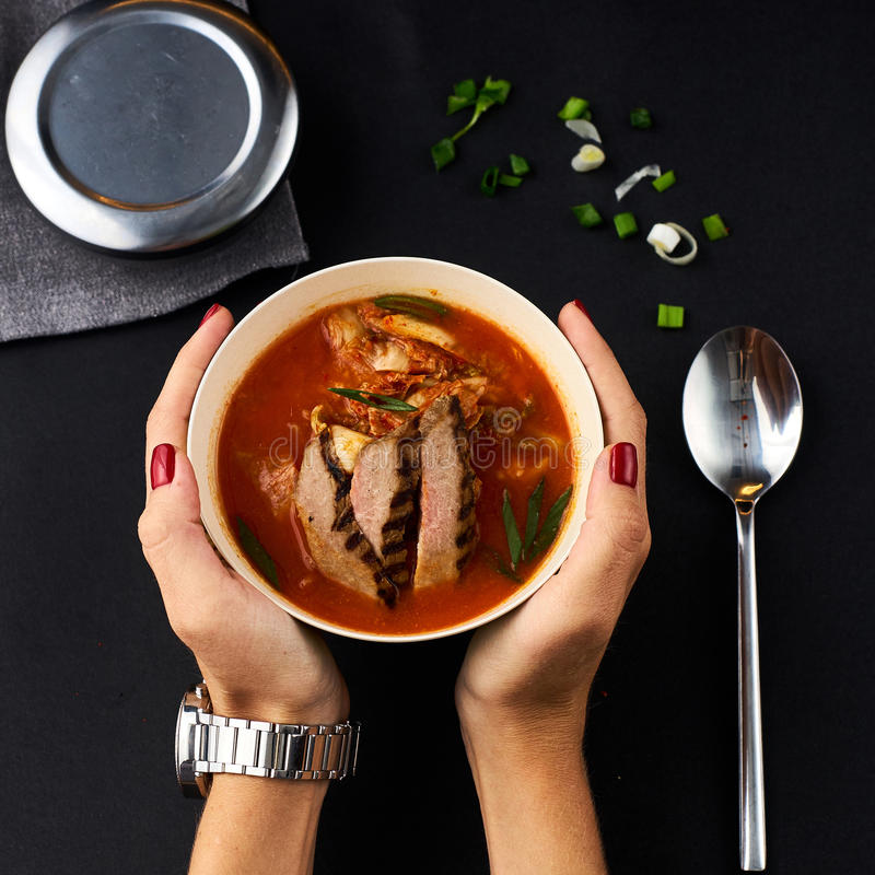 Cuisine coréenne Soupe à Kimchi sur le fond noir photo libre de droits