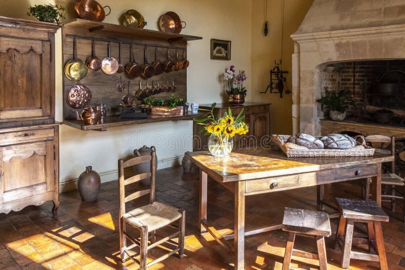 Cuisine dans un château médiéval avec la vaisselle de cuisine, les meubles et la nourriture sur l'affichage Loire Valley, France photo stock