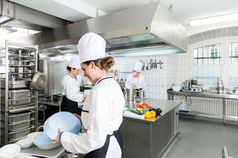 Cuisine de cantine avec des chefs pendant le service images stock