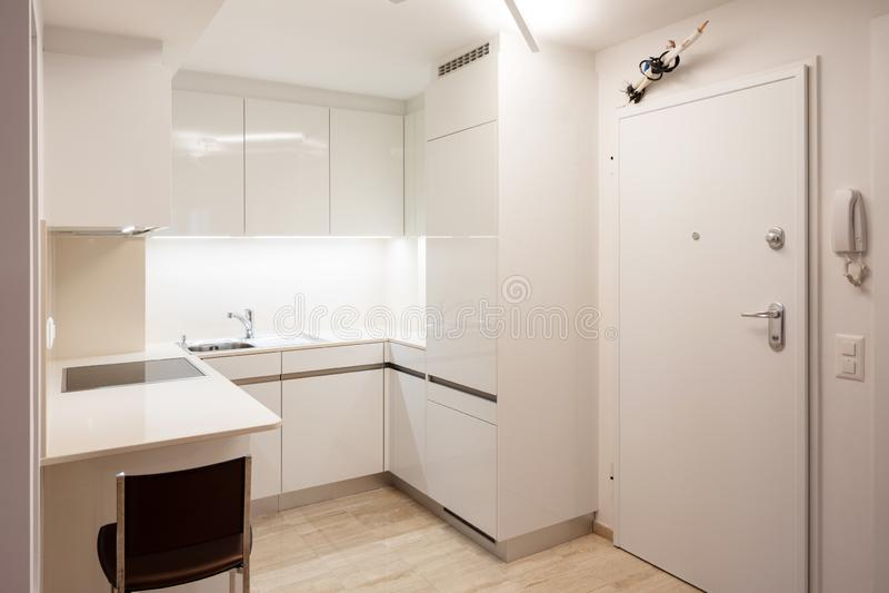 Cuisine de conception en appartement moderne avec des selles photos stock