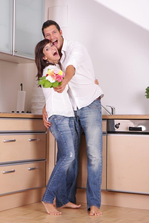 Cuisine de couples d'amour images stock