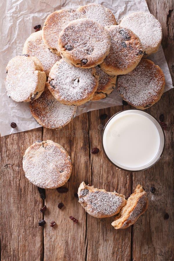 Cuisine de Gallois : gâteaux avec les raisins secs et le plan rapproché en poudre de sucre V photo stock