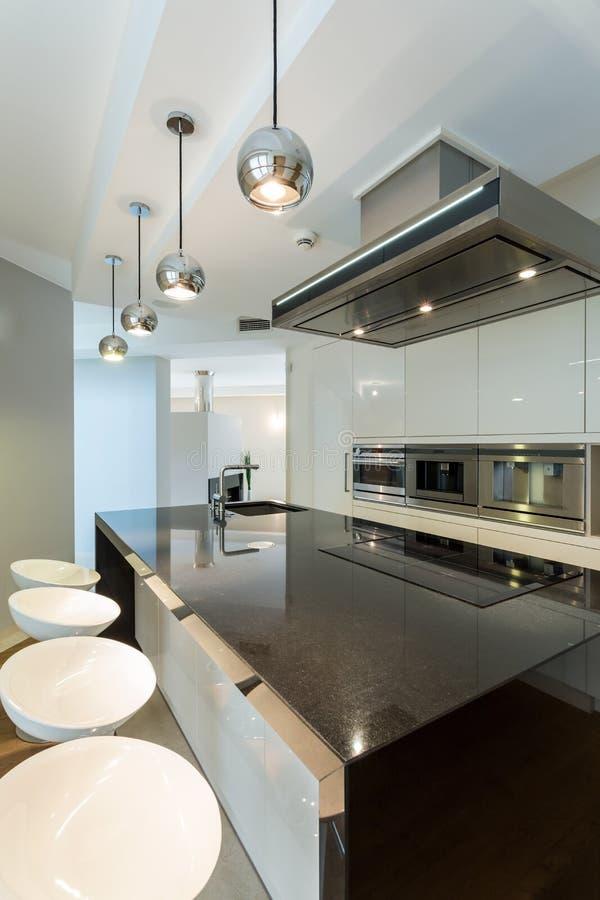 cuisine de lumi re blanche en appartement image stock image du neuf meubles 49816043. Black Bedroom Furniture Sets. Home Design Ideas