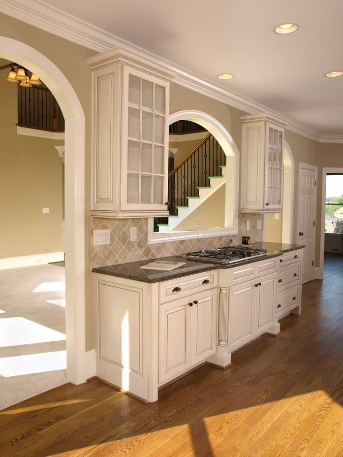 Cuisine de luxe de blanc de maison mod le image stock image du contemporain four 5349649 for Modele de maison de luxe