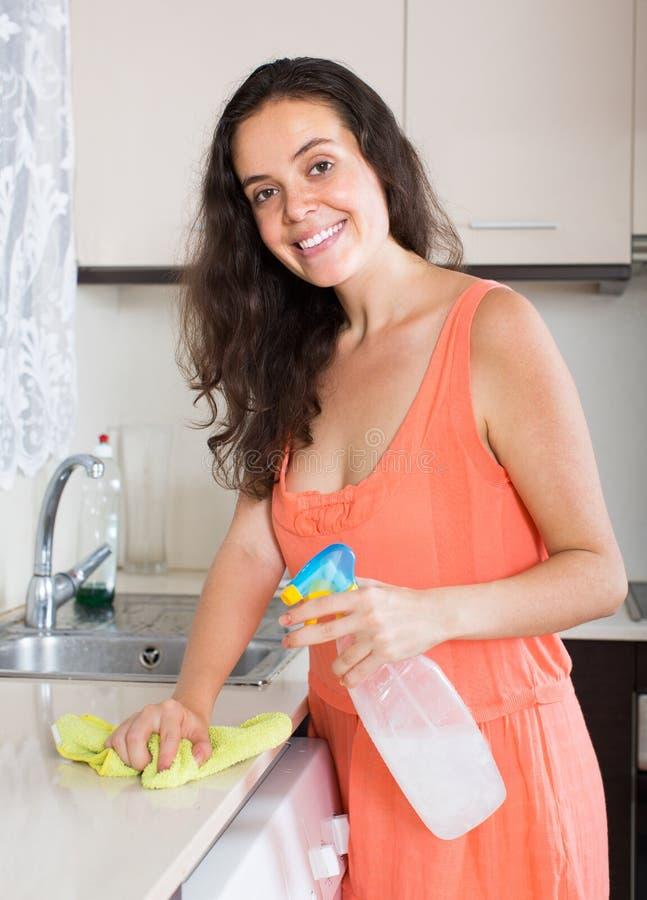 Cuisine de nettoyage de femme au foyer photographie stock libre de droits